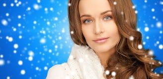 Fermez-vous de la jeune femme de sourire dans des vêtements d'hiver Images libres de droits