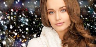 Fermez-vous de la jeune femme de sourire dans des vêtements d'hiver Image libre de droits