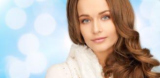 Fermez-vous de la jeune femme de sourire dans des vêtements d'hiver Image stock