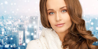 Fermez-vous de la jeune femme de sourire dans des vêtements d'hiver Images stock