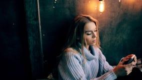 Fermez-vous de la jeune femme enthousiaste parlant au téléphone intelligent clips vidéos