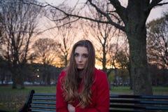 Fermez-vous de la jeune femme faisant face à des difficultés de santé mentale photographie stock