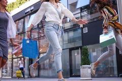 Fermez-vous de la jeune femme marchant sur la rue Image stock
