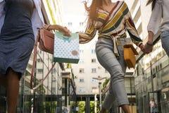 Fermez-vous de la jeune femme marchant sur la rue avec le panier Photo stock