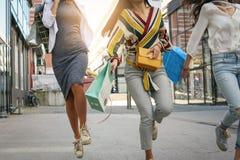 Fermez-vous de la jeune femme marchant sur la rue avec le panier Image stock