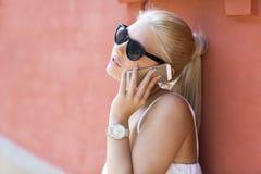 Fermez-vous de la jeune fille parlant dans le téléphone Photographie stock libre de droits