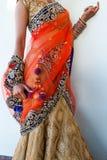 Fermez-vous de la jeune mariée indienne dans un sari à la mode moderne photographie stock