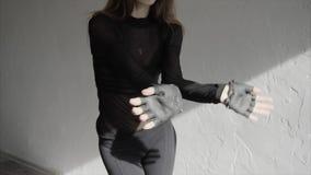 Fermez-vous de la jolie danse de danseuse de femme et du mouvement lent mobile de bras avec élégance banque de vidéos