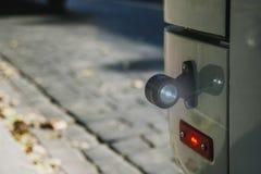 Fermez-vous de la lampe d'autobus Le trafic sûr image stock