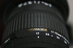 Fermez-vous de la lentille du sigma DSLR Image stock