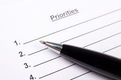 Fermez-vous de la liste vide de priorités et de stylo Photo stock