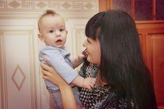 Fermez-vous de la mère caressant le bébé nouveau-né Photographie stock libre de droits