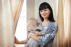 Fermez-vous de la mère caressant le bébé nouveau-né Photos libres de droits
