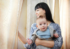 Fermez-vous de la mère caressant le bébé nouveau-né Images libres de droits