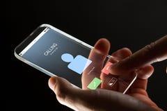 Fermez-vous de la main avec l'appel d'arrivée sur le smartphone photos libres de droits