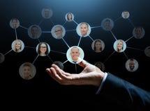 Fermez-vous de la main d'homme d'affaires avec des icônes de contacts photos libres de droits