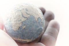 fermez-vous de la main d'homme d'affaires montrant à texture le concept E du monde Photos stock
