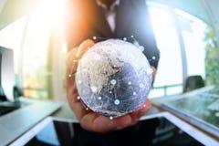 fermez-vous de la main d'homme d'affaires montrant à texture le monde avec le digi Photos stock