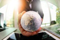 fermez-vous de la main d'homme d'affaires montrant à texture le monde avec le digi Photo stock