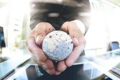 fermez-vous de la main d'homme d'affaires montrant à texture le monde avec le digi Photographie stock libre de droits