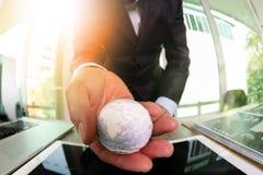 fermez-vous de la main d'homme d'affaires montrant à texture le monde avec le digi Photo libre de droits