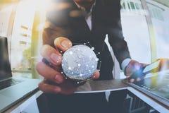 fermez-vous de la main d'homme d'affaires montrant à texture le monde avec le digi Image stock