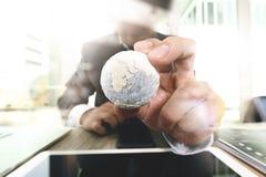 fermez-vous de la main d'homme d'affaires montrant à texture les éléments du monde Photos stock