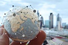 Fermez-vous de la main d'homme d'affaires montrant à texture le monde Images stock