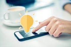 Fermez-vous de la main de femme avec le smartphone et le café Image libre de droits