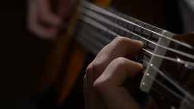 Fermez-vous de la main de guitariste jouant la guitare acoustique Fermez-vous vers le haut du tir d'un homme avec ses doigts sur  banque de vidéos