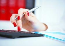 Fermez-vous de la main femelle de comptable ou de banquier effectuant des calculs L'épargne, finances et concept d'économie photographie stock libre de droits