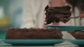 Fermez-vous de la main femelle mettent le gâteau doux sur le plat Dessert de gâteau de Brown clips vidéos