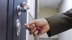 Fermez-vous de la main masculine ouvre la porte d'une maison avec la clé photos libres de droits