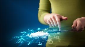 Fermez-vous de la main tenant le comprimé avec la technologie de réseau de nuage Image libre de droits