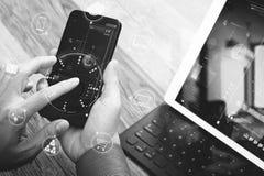 fermez-vous de la main utilisant des achats en ligne de paiements mobiles, omni chan Photos stock