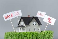 Fermez-vous de la maison modèle à vendre Photo libre de droits