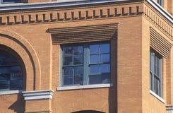 Fermez-vous de la 6ème fenêtre d'étage en Texas School Book Depository Building, site d'assassinat de JFK, Dallas, TX Images libres de droits