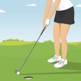 Fermez-vous de la mise de golfeur de dame Scènes de station de vacances de terrain de golf des joueurs et des trous Photo stock