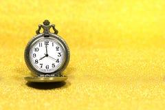 Fermez-vous de la montre de poche de luxe sur le fond de scintillement avec l'espace de copie Photographie stock