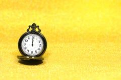 Fermez-vous de la montre de poche de luxe sur le fond de scintillement avec l'espace de copie Images stock