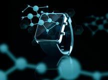 Fermez-vous de la montre intelligente au-dessus des formules d'hydrogène photos stock