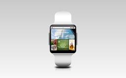 Fermez-vous de la montre intelligente avec des actualités de Web d'Internet Photo stock