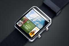 Fermez-vous de la montre intelligente avec des pages d'actualités sur l'écran images stock