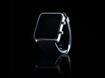 Fermez-vous de la montre intelligente noire photo stock
