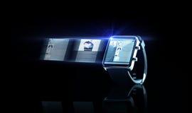 Fermez-vous de la montre intelligente noire avec la page Web Photo stock