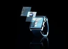 Fermez-vous de la montre intelligente noire avec la page Web Image stock