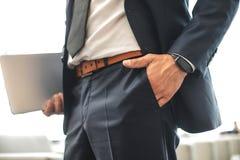Fermez-vous de la montre moderne de l'homme d'affaires image libre de droits