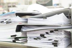 Fermez-vous de la pile de papier dans le bureau Photographie stock libre de droits
