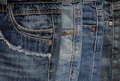 Fermez-vous de la pile du ` s de jeans images stock