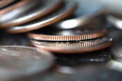 Fermez-vous de la pile de pièces de monnaie image stock
